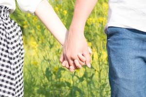 手と手をつなぐ男女