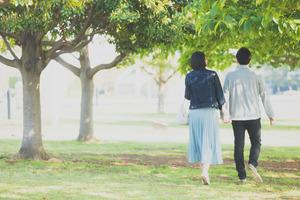 夫婦が歩く光景
